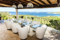 Villa a Porto Cervo Pantogia _ dining in terrace _Vinci Real Estate
